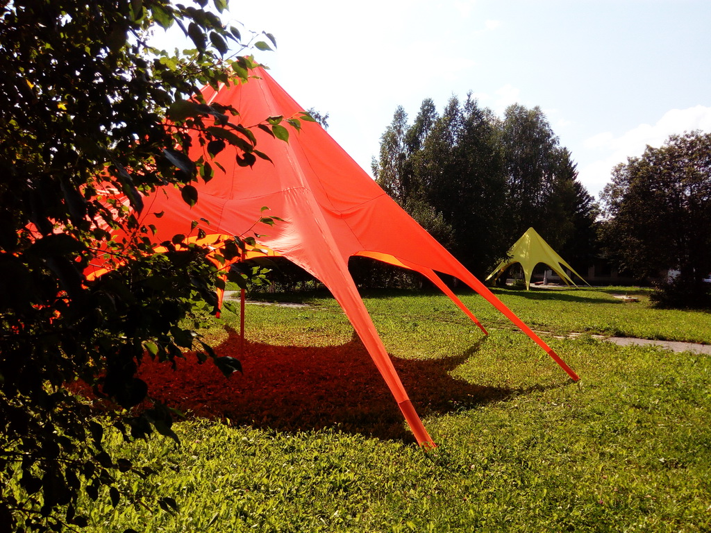 Тент-звезда красного цвета для летнего лагеря